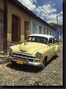Mnoho podobných starobylých aut slouží na Kubě jako taxiky