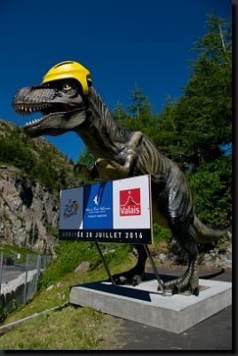Tento dinosaurus v životní velikosti nás přivítal u horské přehrady Lac ďEmosson. V létě 2016 ještě navíc dostal helmu, protože tudy zrovna projížděla jedna z etap cyklistického závodu Tour de France.