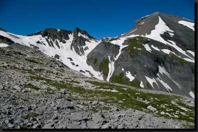 Horský kotel mezi dvěma hřbety (místo uprostřed snímku, kde je nejvíce sněhu) poblíž přehrady Lac ďEmosson ukrývá vzácné dinosauří stopy