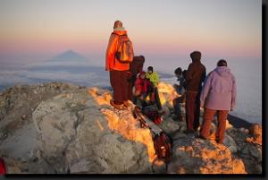 Při východu slunce na vrcholu pozorujeme 100 km dlouhý stín hory
