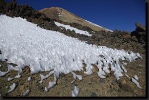 Sněhová pole pod vrcholem Pico del Teide