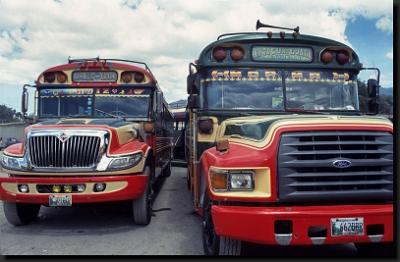 Barevné guatemalské autobusy