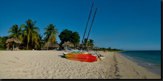 Krásná karibská pláž Ancón na jihu Kuby