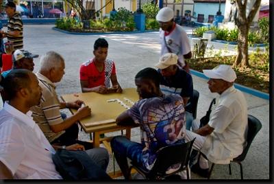Oblíbenou hrou kubánských mužů je domino