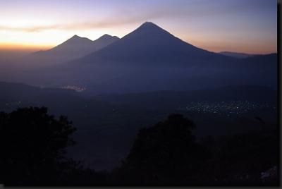 Soumrak mezi sopkami na Guatemalské Vysočině