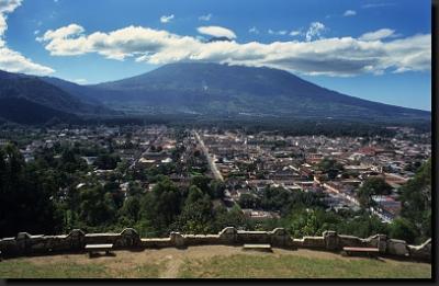 Monumentální sopka Áqua nad městem Antigua