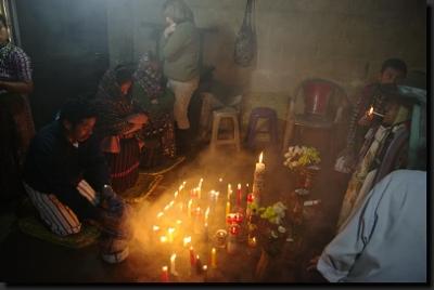 Mayský rituál ve svatyni boha Maximóna