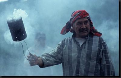 Mayský šaman, člen bratrstva cofradías, během obřadu
