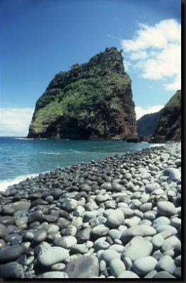 Rozeklané útesy a kamenité pobřeží Madeiry