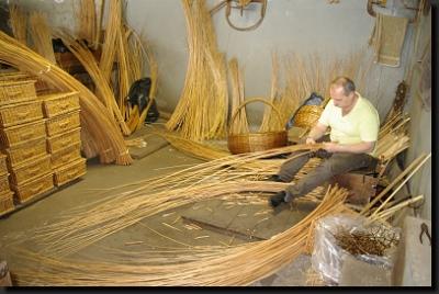 Madeirský košíkář při práci
