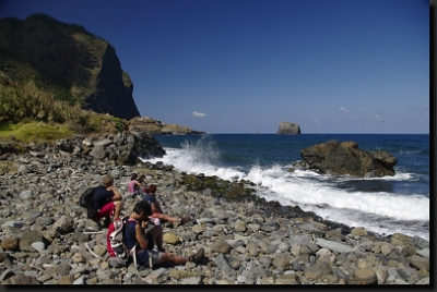 Odpočinek pod útesy na pobřeží Atlantiku
