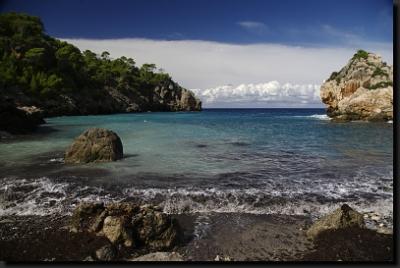 Pod horami nás čekají divoké útesy i krásné pláže