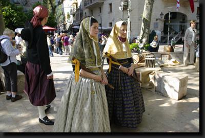 Mallorské dívky v tradičních krojích