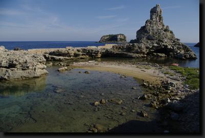 Divoké vápencové pobřeží ostrova Pianosa
